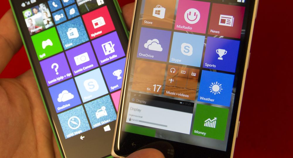 Vi la inn Windows 10 Technical Preview for phones (puh!) på Lumia 830. Telefonen til venstre er en Lumia 735 som fortsatt kjører Windows Phone 8.1.